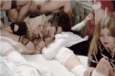 Mai Lin - álarcos szexparti retro módra
