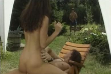 Szendvics szex a kertben a szomszéddal